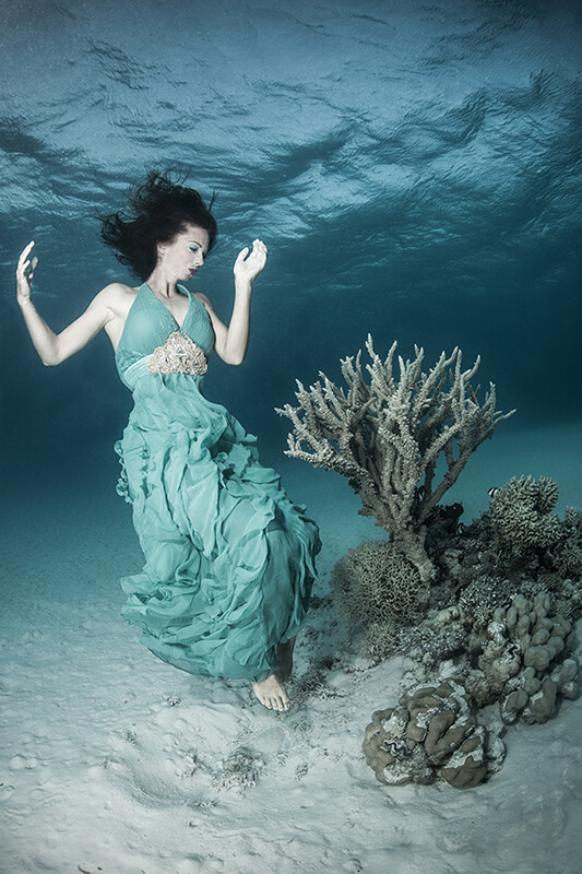 Underwater model shoot with fashion model Kat